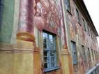 Illusionsmalerei am Rathaus von Bamberg: Beide Gebäudeseiten sind vollständig mit allegorischen Szenen und architektonischen Details bemalt, der typischen Illusionsmalerei in dieser Zeit. Kleine, tatsächlich figürlich gestaltete Elemente an der östli